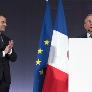 Ranskan presidentti Emmanuel Macron (vas.) kuunteli YK:n ilmastolähettiläs Michael Bloombergin puhetta Pariisissa.
