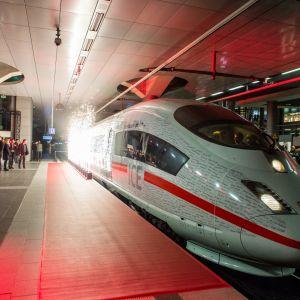 Deutsche Bahnin ICE-juhlajuna Berliinin päärautatieasemalla.