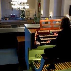 Santeri Kallio soittamassa Paavalinkirko urkuparvella