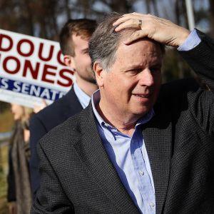 Doug Jones tapaamassa äänestäjiä Bessemerissä, Alabamassa 12. joulukuuta.
