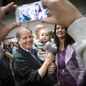 Doug Jones kampanjoimassa Birminghamissa, Alabamassa 18. marraskuuta.