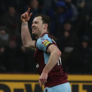 Burnleyn Ashley Barnes juhlii maaliaan.
