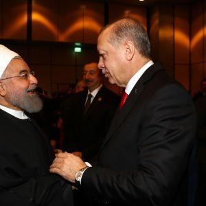 Rouhani ja Erdoğan kättelevät. Taustalla näkyy Azerbaidžanin presidentti Ilham Aliyev.