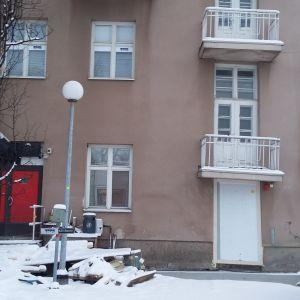 Sortumisvaarassa Seinäjoen keskustan työmaan laidalla olleen Vaasantalon a-rappu on yhä käyttökiellossa.