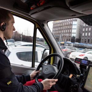 Mies ajaa ambulanssia