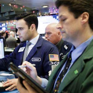 Diilerit tarkastelevat monitoreita New Yorkin pörssissä.