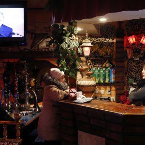 Baari Baikonurissa, Kazakstanissa. Putin pitää vuosittaista puhettaan televisiossa.