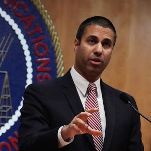 Yhdysvaltain telehallintoviraston puheenjohtaja Ajit Pai puhui lehdistölle äänestyspäätöksestä koskien verkkoneutraliteettia 14. joulukuuta.