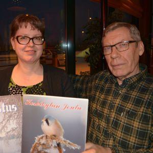 Marianne Hongisto toimittaa Ilvesjoen kylän Kajastus-lehteä ja Juhani Alakoski Keskikylän Joulua.
