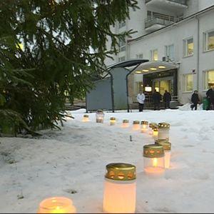muistikynttilöitä sairaalan edustalla kuusen alla, Sairaalanmäki, Kuusankoski, Kouvola, Pohjois-Kymen sairaala