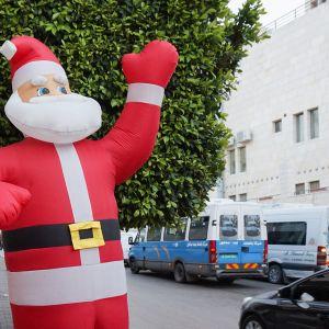 Betlehemin keskustaan on jo pystytetty joulukoristeet. Kaupunkiin odotetaan tuhansia ihmisiä joulunpyhiksi.
