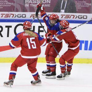 Venäjän Olga Sosina, Valeria Pavlova ja Iya Gavrilova juhlivat maalia.