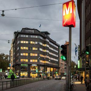 Kuva Helsingin Kaisaniemestä jossa näkyy illan hämärässä metrokyltti.