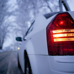 auton takavalo talvisella tiellä