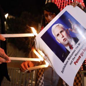 Mielenosoittajat polttavat Betlehemissä varapresidentti Mike Pencen kuvan