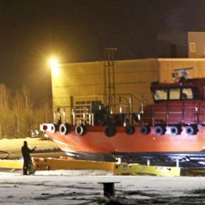 Meren pohjasta ylös nostettu luotsivene L-242 Tolkkisten satamassa Porvoossa tiistai-iltana.