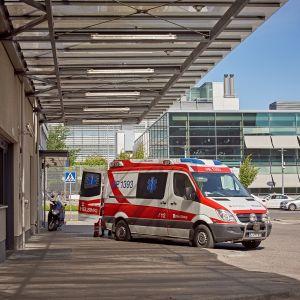 Ambulanssi sairaalan edessä.