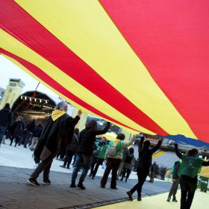 Katalonian kannattajien suuri lippu Barcelonan olympiastadionilla järjestetyssä varainkeruukonsertissa.