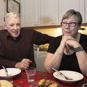 Mauri ja Ritva Sulonen keittiössään. Ovat ottaneet luokseen asumaan 14-vuotiaan iranilaispojan, Alin.