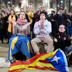 ERC-puolueen kannattajat katsoivat vaalituloksia Barcelonassa 21. joulukuuta.
