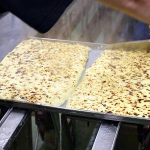 Uunituoretta leipäjuustoa leikataan