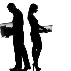 Mies ja nainen selät vastakkain