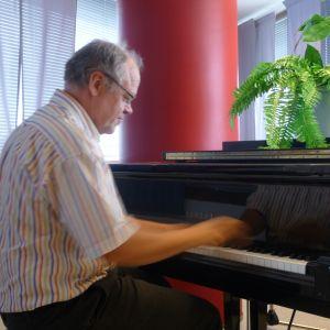Ulf Långbacka spelar på en flygel