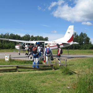 Fallskärmshoppare på täktom flygfält.