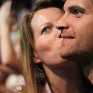 Ett par på konsert ger varandra en puss