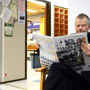 Ari Nykvist läser Vasabladets första tabloidnummer.