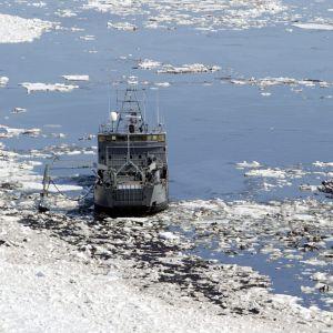 Oljebekämpningsfartyget Hylje samlar upp olja i Finska viken utanför Borgå 2003