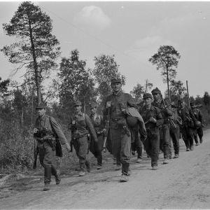 I april samlar Tongåvan för veteranerna från våra krig, här en bild på marscherande soldater på sommaren