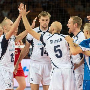 Finlands volleybollslandslag firar i volleybolls-VM i Polen 2014.