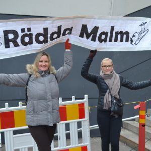 Marika Sirviö och Noora Suomalainen var på väg på manikyr men ville komma till riksdagshuset för att visa sitt stöd för Malms flygplats.