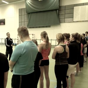 Mattias Ainasoja leder gymnastiklektion vid Ådalens skola i Kronoby.