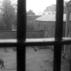 Utsikt från ett fängelsefönster med galler mot fängelsgården 1977