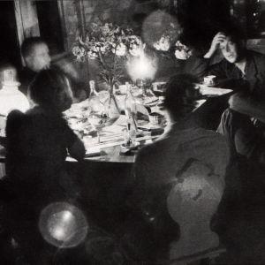 Litterärt sällskap på Villa Golickes glasveranda 1938. Med ryggen mot fönstret Leena och Elmer Diktonius, med ryggen mot kameran Eva Wichman och Ralf Parland. I högra hörnet sitter Gunnar Ekelöf, Ebbe Linde och Sven Grönvall.