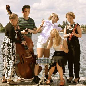 Fröken Elvis med Elvis på svenska