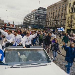 Fans tar emot hockeylejonen, 1995