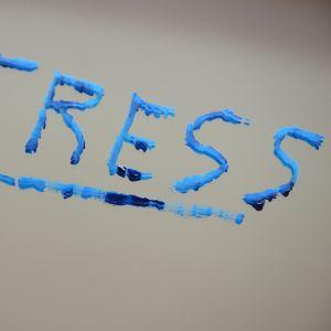 """Ordet """"stress"""" skrivet på en spegel."""