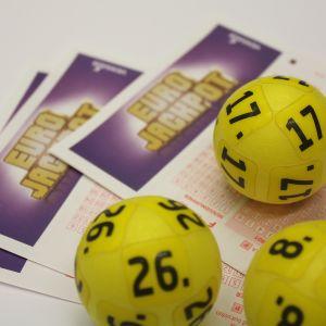 Eurojackpotkupunger och nummerbollar.