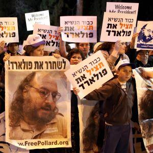 Demonstranter håller upp plakat med orden Fria Pollard i Jerusalem 2013.