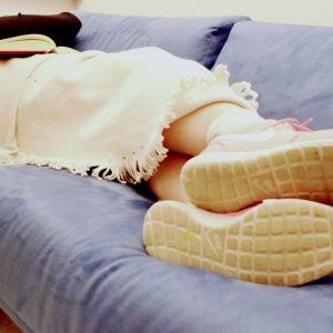 Kvinna sover på en soffa