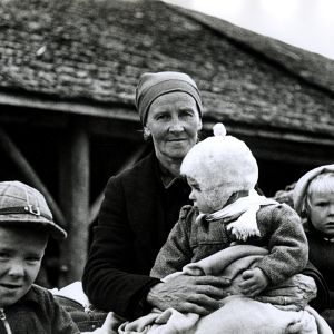 Kvinna med barn evakueras från Karelen, 1944