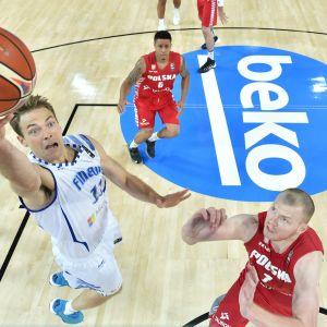 Basketspelare hoppar mot korgen.