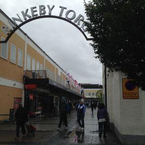 På Rinkeby torg sköts en person till döds för ett par veckor sedan. (16.9.2015)