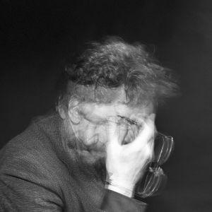 En bild på en suddig man