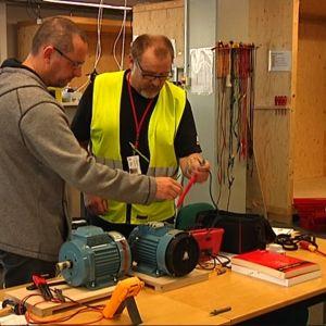 Antti Sulkava undervisar Marcus Forsell vid Axxell i Karis.
