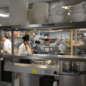 Johannes Gröndahl och Minela Vajzovic i Yrkesakademins kök.