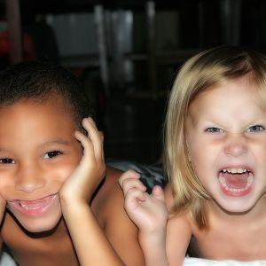 pojke och flicka grimaserar